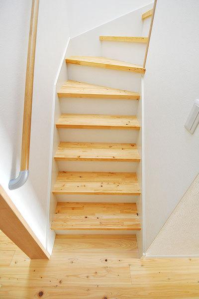 階段段板のみ桧材に変更