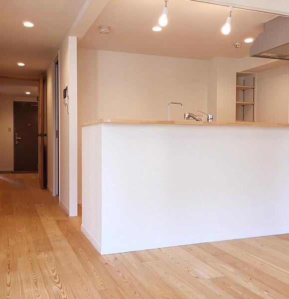 ノーザンラーチ無垢フローリングのキッチン廊下施工事例