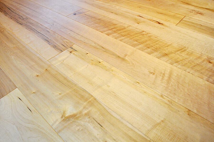 メープル フローリング リビング施工事例(品番:SM-32) 光沢のある木肌でボーリングレーンにも