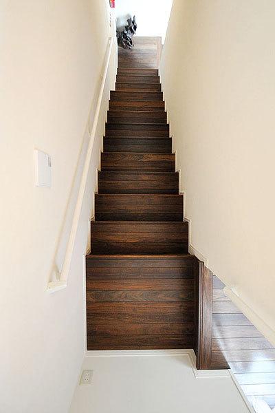 サザンブラック 無垢階段材 施工例