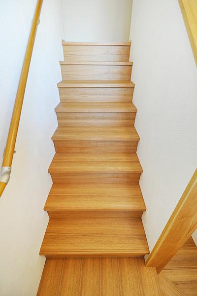 シベリアンウォールナット 無垢階段材 施工例