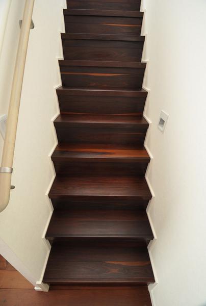 ウォールナット・モカ 無垢階段材 施工例